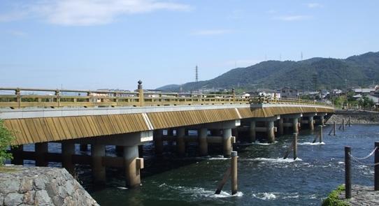 宇治川に架かる宇治橋